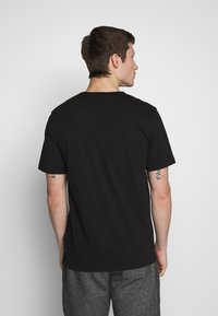 Timberland - KENNEBEC RIVER HORIZONTAL GRAPHIC TEE - T-shirt z nadrukiem - black - 2