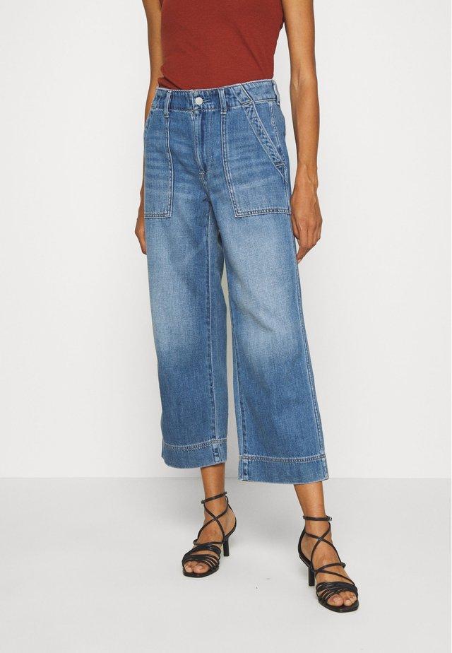 WIDE LEG CROP UTILITY MED OCEAN - Straight leg jeans - medium wash