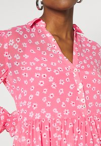 Tommy Jeans - FLORAL MIDI SHIRT DRESS - Sukienka letnia - floral/glamour pink - 5