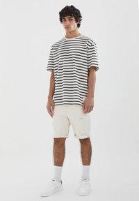 PULL&BEAR - SLIM-FIT  - Jeansshorts - mottled beige - 1