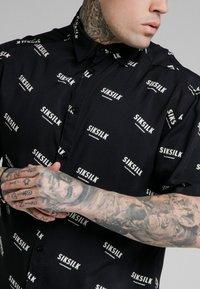 SIKSILK - REPEAT PRINT RESORT SHIRT - Camisa - black/ecru - 4