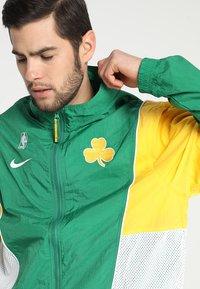 Nike Performance - NBA BOSTON CELTICS COURTSIDE TRACKSUIT - Pelipaita - clover/amarillo/white - 5