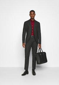 Calvin Klein Tailored - CONTRAST FLOWER PRINT SLIM - Koszula biznesowa - red - 1
