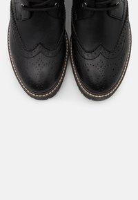 s.Oliver - BOOTS - Kotníkové boty na platformě - black - 5