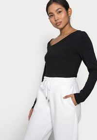 Noisy May Petite - NMPERCY PANT - Tracksuit bottoms - bright white - 3