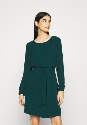 AMANDA BELT  - Day dress - ponderosa pine