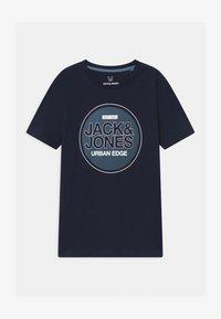 Jack & Jones Junior - JCOBOOSTER CREW NECK - Triko spotiskem - navy blazer - 0