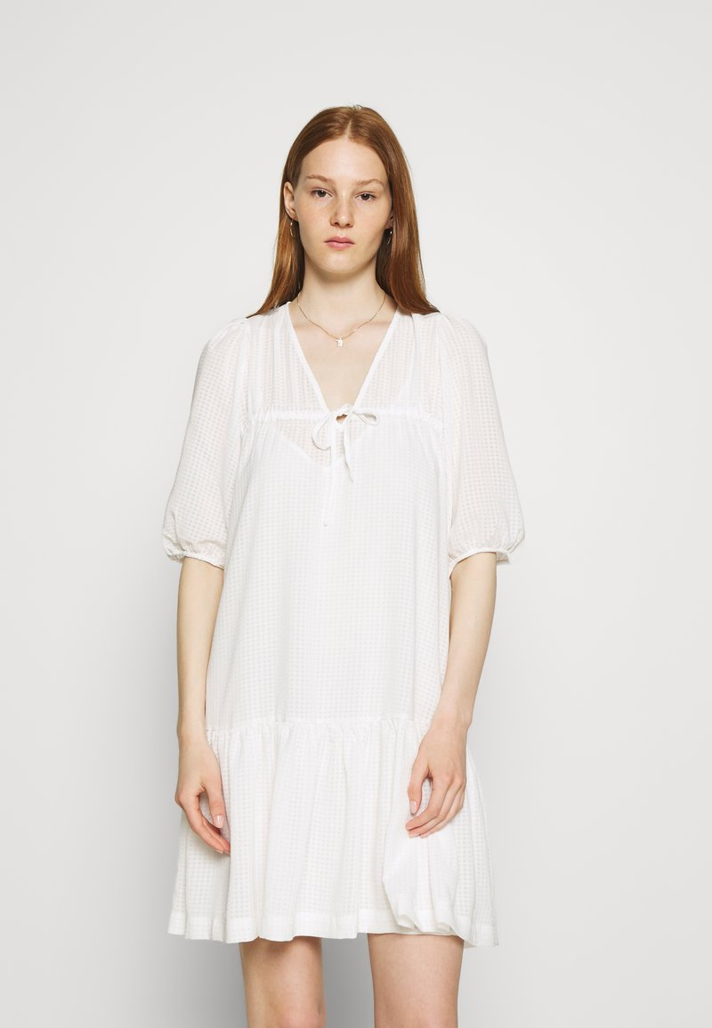 Second Female - TARA DRESS - Denní šaty - bright white