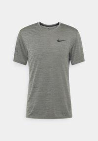 Nike Performance - HYPER DRY - Triko spotiskem - iron grey/particle grey/black - 0