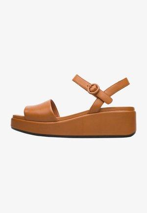 MISIA - Sandały na koturnie - Brown