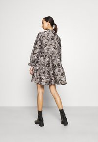 Vero Moda - VMKIRA TIE SHORT DRESS - Kjole - tornado/kira - 2