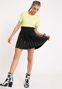 Pimkie - PLISSEE - Mini skirt - schwarz - 1