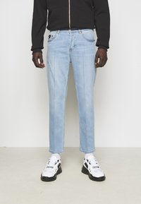 Versace Jeans Couture - SIOUX  - Jeans Tapered Fit - light blue denim - 0