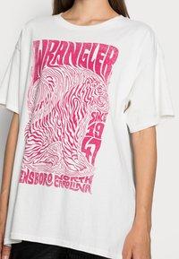 Wrangler - OVERSIZED TEE - Print T-shirt - wornwhite - 4
