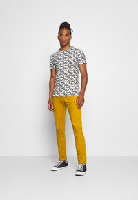 Scotch & Soda - DYED COLOURS - Jeans slim fit - tobacco - 1