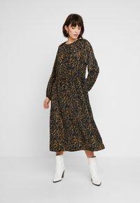 JUST FEMALE - MIE MAXI DRESS - Maxi dress - black/yellow - 0