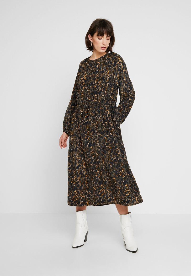 JUST FEMALE - MIE MAXI DRESS - Maxi dress - black/yellow