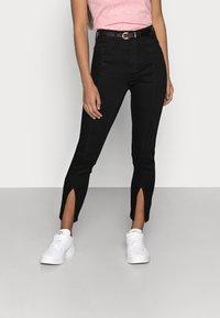 Noisy May Petite - NMCALLIE SLIT DETAI - Jeans Skinny Fit - black denim - 0