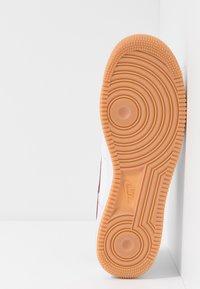 Nike Sportswear - AIR FORCE 1 '07 - Sneakers laag - white/team red/blue void/medium brown - 4