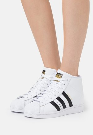 SUPERSTAR SPORTS INSPIRED MID SHOES - Baskets montantes - footwear white/core black/gold metallic