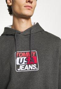 Tommy Jeans - ESSENTIAL GRAPHIC HOODIE - Sweat à capuche - dark grey heather - 6