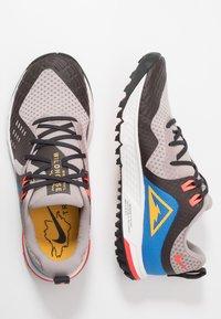 Nike Performance - AIR ZOOM WILDHORSE 5 - Obuwie do biegania Szlak - pumice/university gold/oil grey - 1