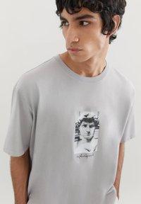 PULL&BEAR - MIT MICHELANGELO-WERK - Print T-shirt - mottled grey - 3