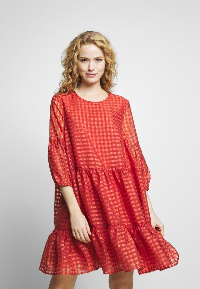 NOUR KATERINA DRESS - Denní šaty - rust red