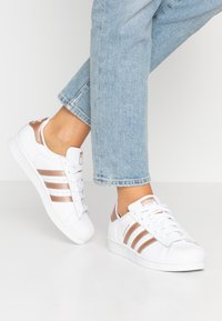 adidas Originals - SUPERSTAR METALLIC GLIMMER SHOES - Sneakers laag - footwear white/copper metallic/core black - 0