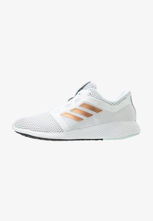 EDGE LUX 3 - Neutrální běžecké boty - footwear white/copper metallic/green