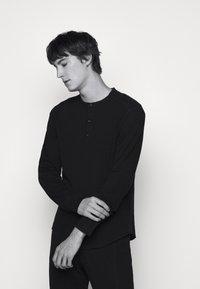 rag & bone - GIBSON  - T-shirt à manches longues - black - 4
