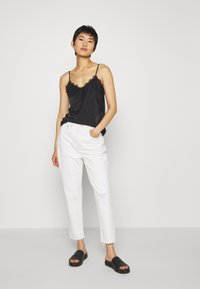 Madewell - MOM IN GRINDED RAW ADD RIPS - Relaxed fit jeans - tile white - 1