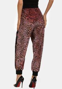 faina - Tracksuit bottoms - pink leo - 2