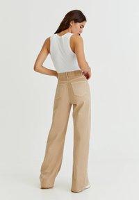 PULL&BEAR - Flared Jeans - mottled beige - 2