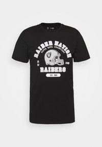New Era - NFL OAKLAND RAIDERSHELMET AND WORDMARK TEE - Club wear - black - 3