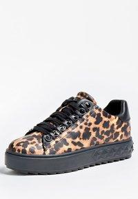 Guess - FAIREST NIETEN - Sneakers basse - animalier - 2