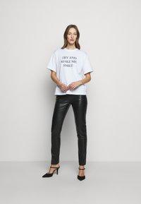Victoria Victoria Beckham - DRAINPIPE TROUSER - Pantalon en cuir - black - 1