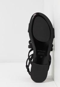 Versace - Sandály s odděleným palcem - black - 5