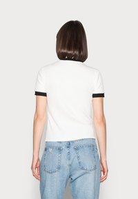 Lacoste LIVE - Print T-shirt - farine/noir - 2