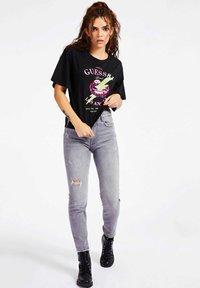 Guess - Print T-shirt - schwarz - 0
