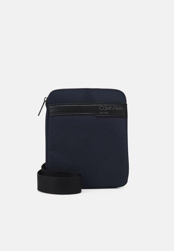 FLAT PACK UNISEX - Across body bag - blue