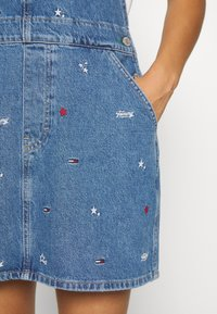 Tommy Jeans - CLASSIC DUNGAREE DRESS  - Denim dress - star critter blue rigid - 6
