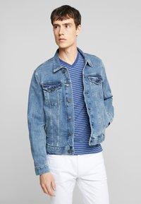 GAP - V-DENIM ICON CALM - Veste en jean - medium worn - 2