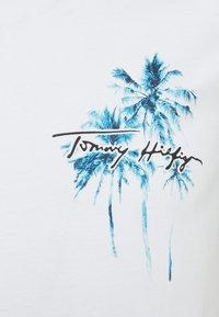 Tommy Hilfiger - PALM BOX PRINT TEE - Triko spotiskem - white - 2