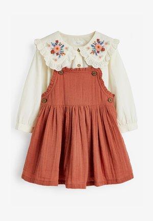 BLOUSE AND PINAFORE SET  - Vestito estivo - brown