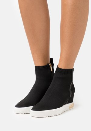 CALI WEDGE - Høye joggesko - black/gold