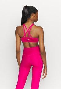 Nike Performance - INDY ICONCLASH BRA - Brassières de sport à maintien léger - fireberry/white - 2