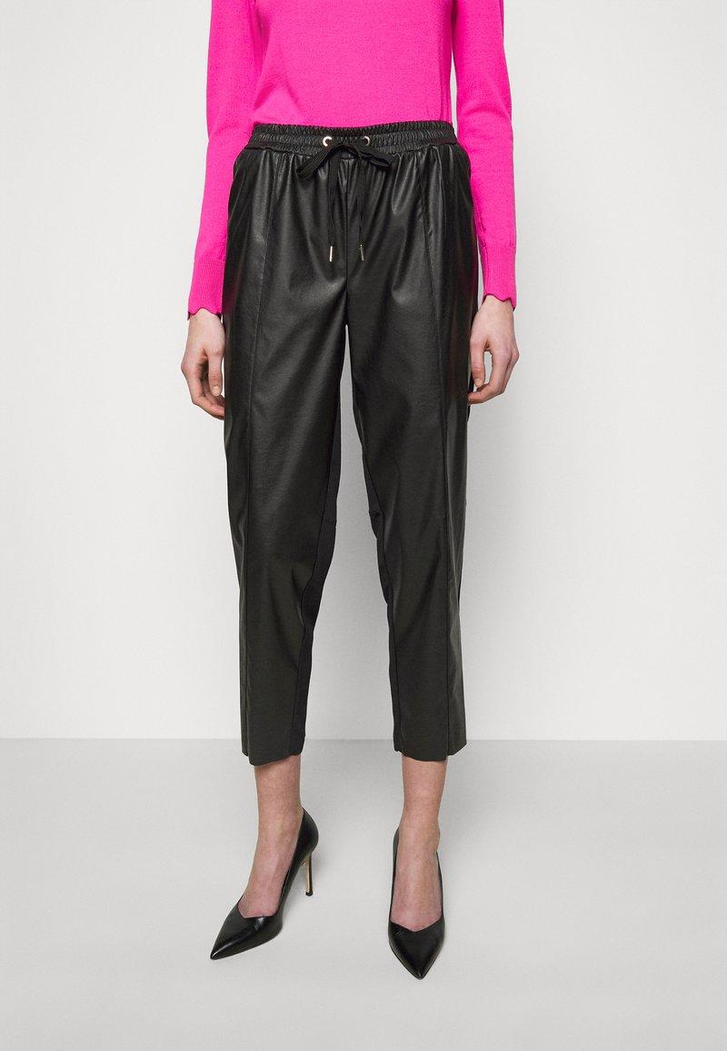 Pinko - FIBBIA PANTALONE - Spodnie materiałowe - black