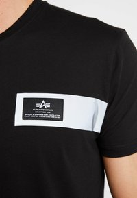 Alpha Industries - REFLECTIVE STRIPES  - T-shirt print - black - 5