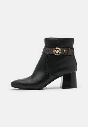ABIGAIL FLEX BOOTIE - Kotníkové boty - black/brown